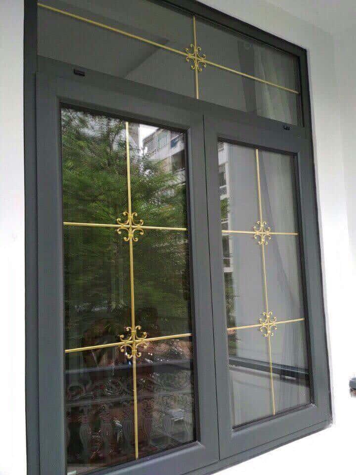 Mẫu cửa nhôm kính đẹp, sử dụng nan đồng trang trí tạo nét khác biệt