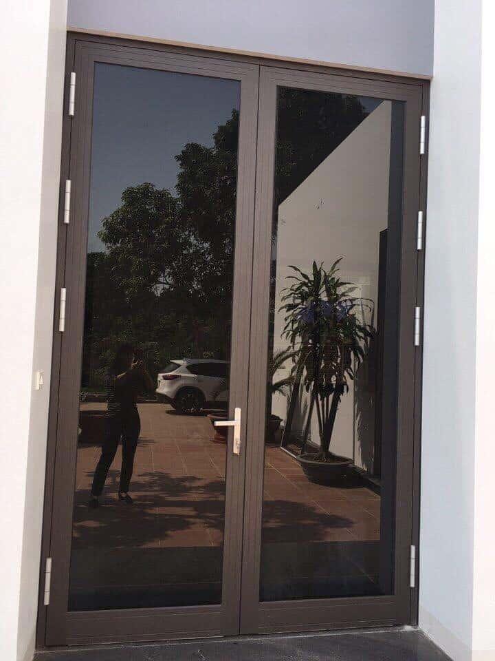 Mẫu cửa đẹp 2 cánh sử dụng nhôm xingfa nhập khẩu, phụ kiện HMA