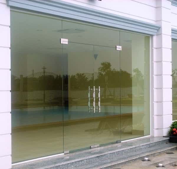 Cửa kính cường lực là loại kính chắc chắn, an toàn, phù hợp với nhiều công trình khác nhau