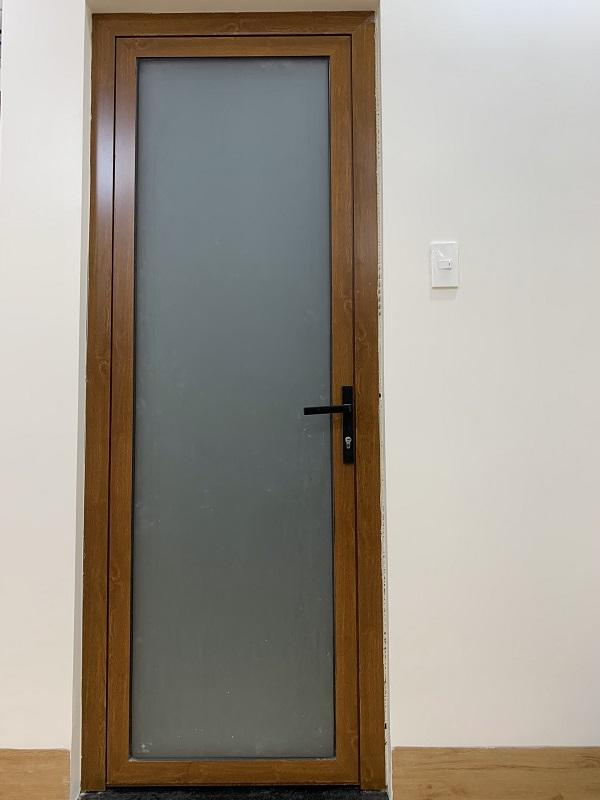 Mẫu cửa nhôm xingfa phòng ngủ vân gỗ