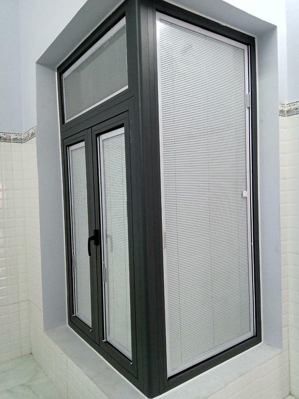 cửa nhôm kính có rèm bên trong