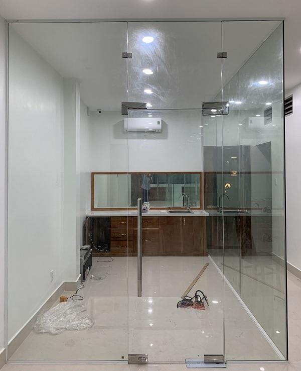 Cửa kính bản lề sàn là gì? Ưu và nhược điểm của cửa bản lề sàn